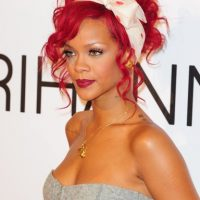 Maquillaje paso a paso de Rihanna con cabello rojo